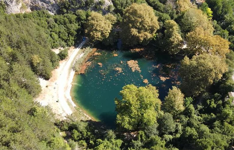 H παραμυθένια λίμνη που «κρύβεται» στο νομό Ιωαννίνων – News.gr